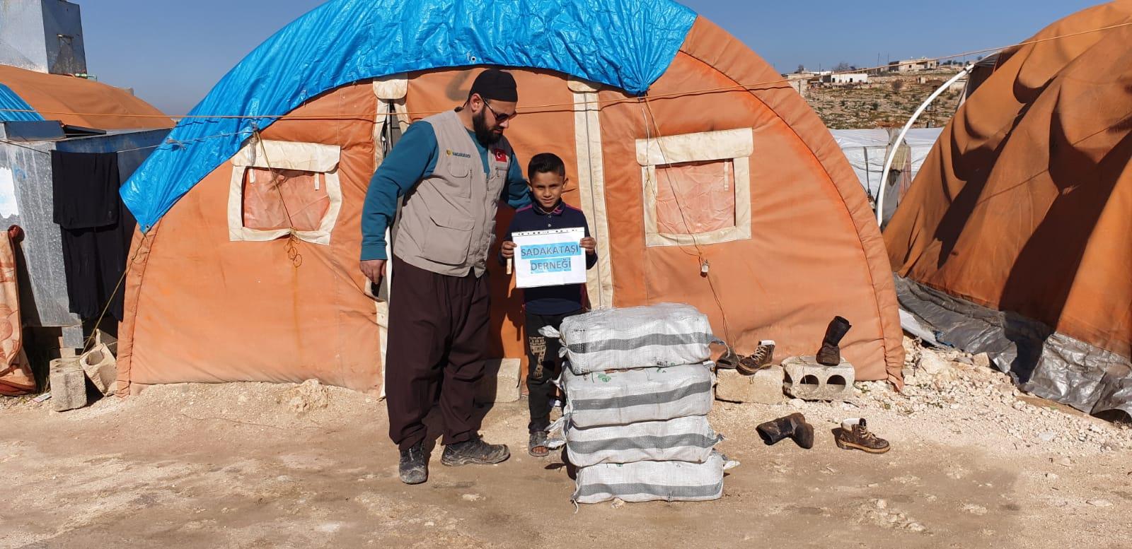 Suriyeli yetimlere yakacak yardımı